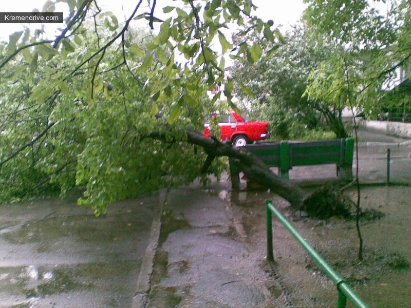 а это у меня под подъездом, повезло что в этот момент никто не припарковался :)